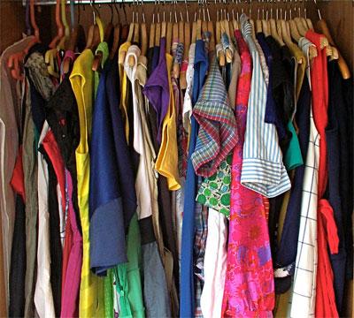 Kläder på ett hänge - många olika klädesplagg
